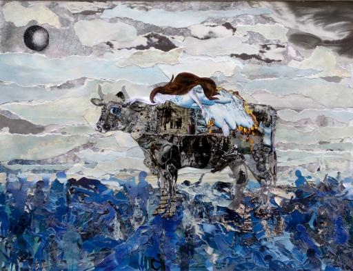 Unter einem zerrissenen Himmel trägt ein dunkler Stier voller Bilder von Grenzen und Kriegen die schlafende Europa über ein Meer aus Meschen.