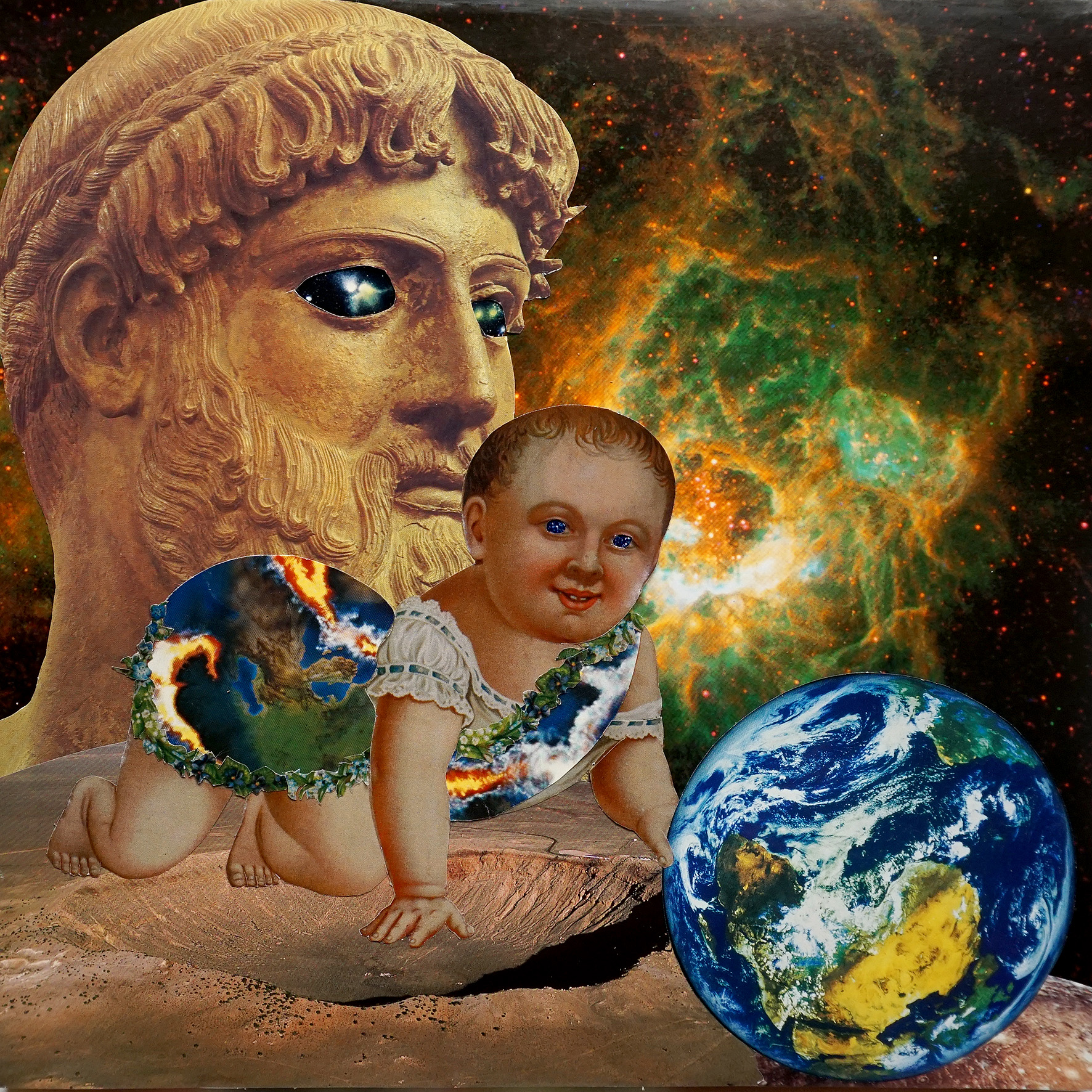Ein Baby, in einen Stoff aus einem berstenden erdähnlichen Planeten gewickelt greift nach der Erde. Im Hintergrund eine griechische Götterbüste mit Sternaugen voreiner grünen Galaxie